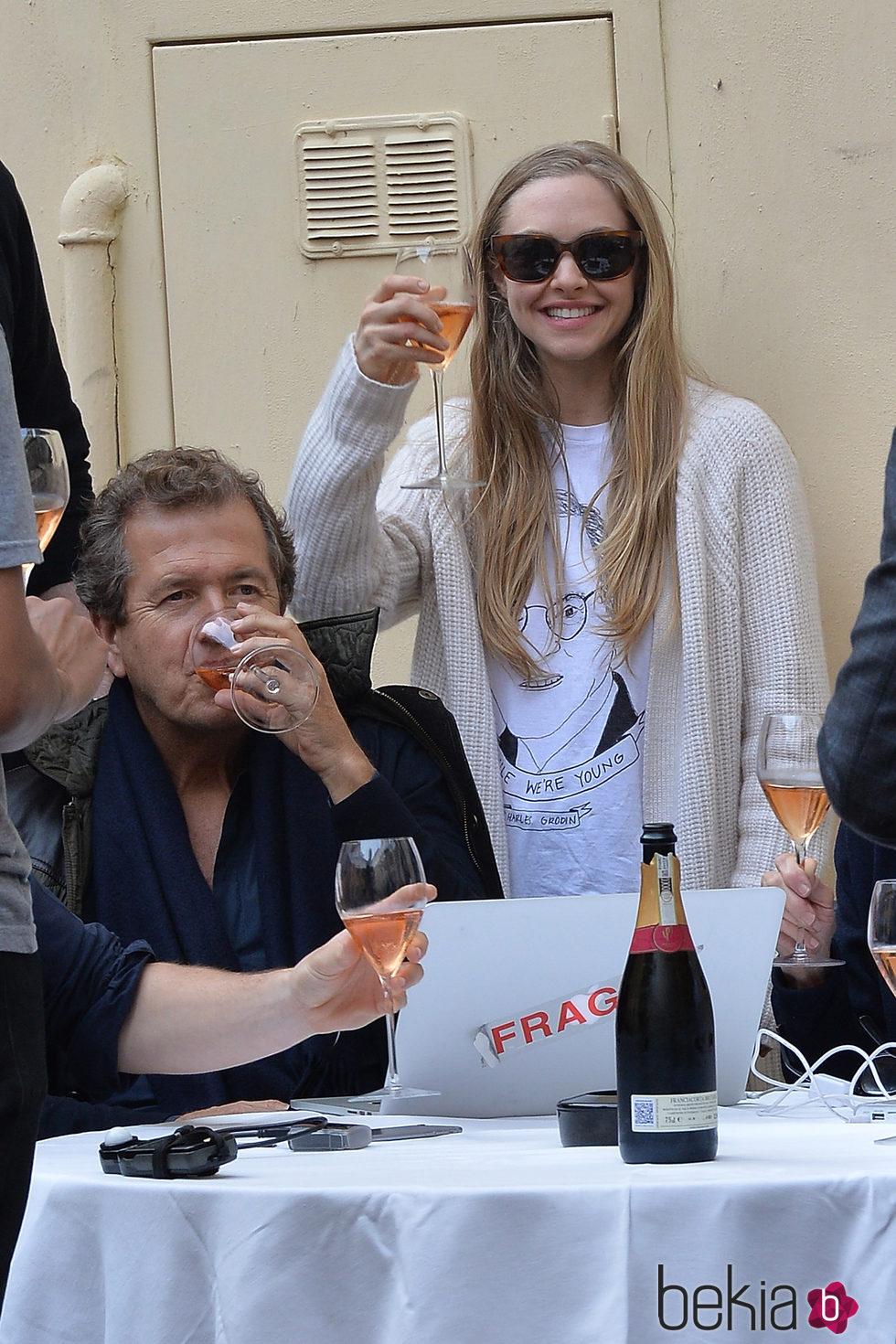 Amanda Seyfried y Mario Testino en el descanso de una sesión de fotos en Roma