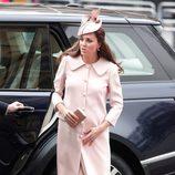 Kate Middleton con abrigo rosa de Alexander McQueen