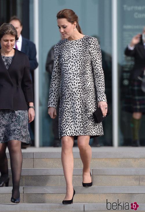 Kate Middleton con un vestido animal-print de Hobbs