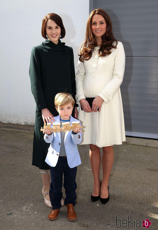 48c0d2725 Kate Middleton con abrigo de Jojo Maman Bébé - Looks premamá de Kate ...
