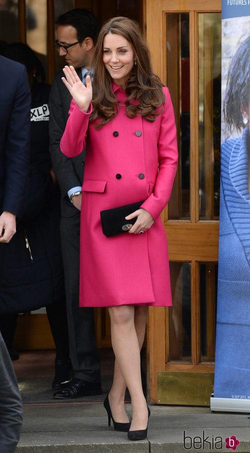 Kate MIddleton con abrigo fucsia de Mulberry