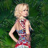 Adriana Abenia mostrando el escote trasero de la colección primavera/verano 2015 de Barbarella