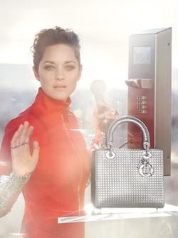 Marion Cotillard luce los nuevos 'Lady Dior' en la campaña de la firma francesa