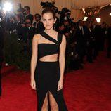 Emma Watson luciendo un vestido asimétrico en la Gala del MET 2013