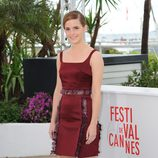 Emma Watson con un vestido burdeos en el photocall de 'The Bling Ring' en el Festival de Cannes 2013