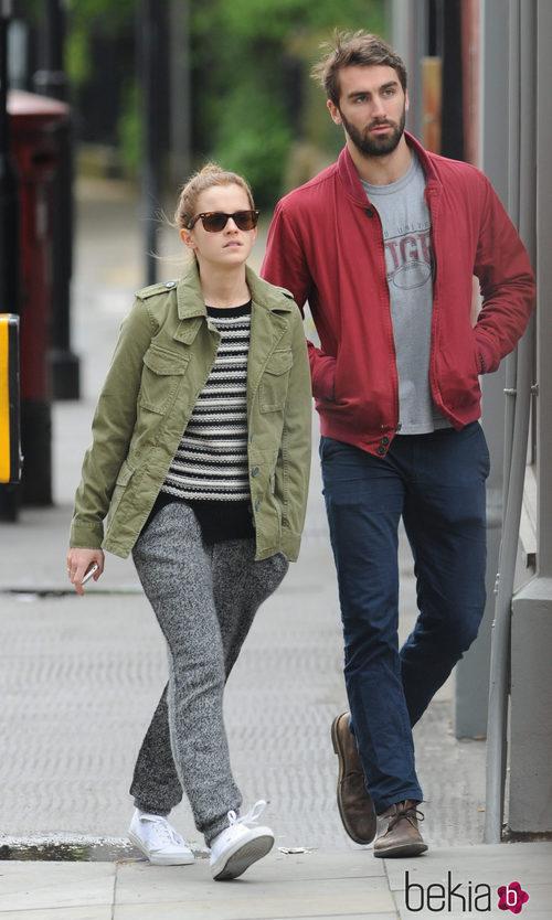 Emma Watson con pantalones de sport y jersey de punto