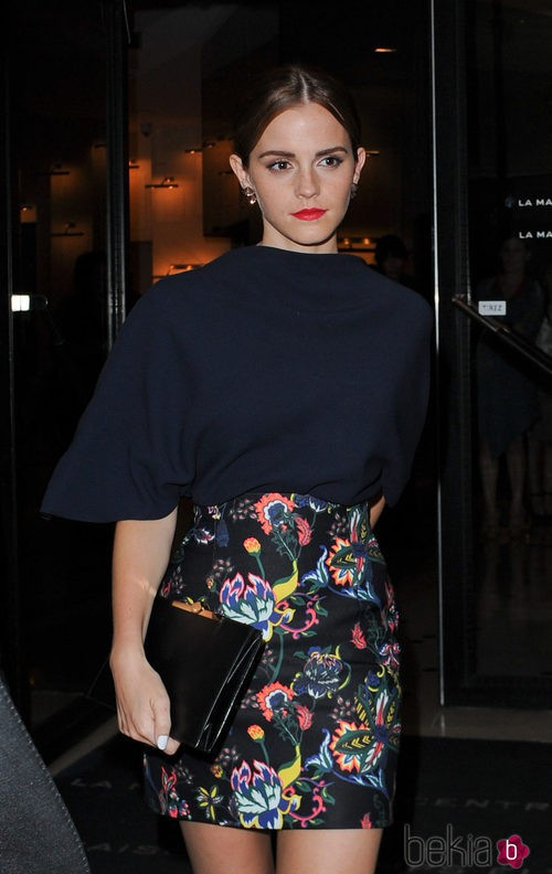Emma Watson con una falda de tubo estampada y una camiseta azul marino