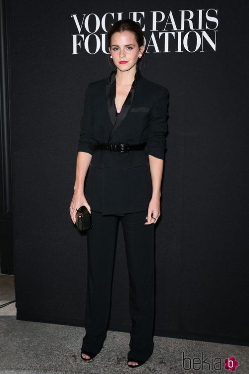 Emma Watson con un traje de chaqueta negro