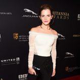 Emma Watson con un pantalón de tiro alto y una camiseta de hombros caídos