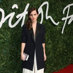 Emma Watson con un traje negro y blanco en los 'British Fashion Awards 2014'