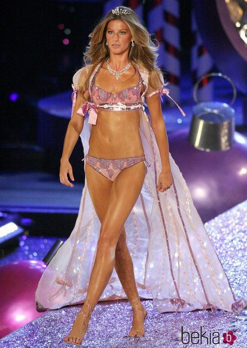 Gisele Bundchen desfilando en el Victoria's Secret Fashion Show 2005