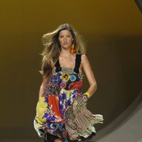 Gisele Bundchen desfilando para Colcci en la Rio Fashion Show primavera/verano 2007