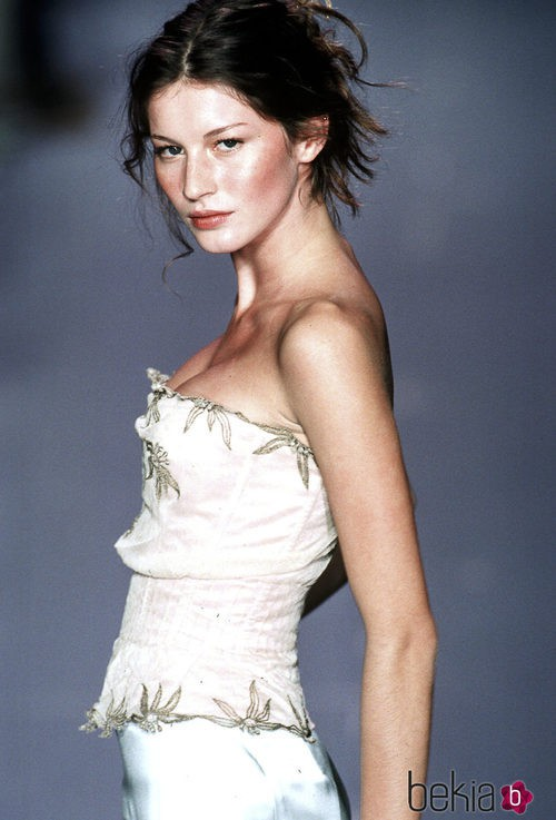 Gisele Bundchen desfilando para Chloe en Paris Fashion Week 1998