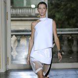 Gisele Bundchen desfilando para Balenciaga en la Semana de la Moda de París 2011