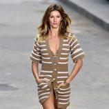 Gisele Bundchen desfilando para Chanel en la Semana de la Moda de París 2014