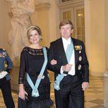 La reina Máxima de Holanda con un vestido de volantes de plumas