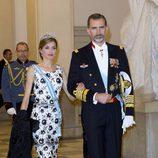 La reina Letizia con un vestido de Felipe Varela y un manto de manila negro