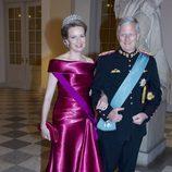 Reina Matilde de Bélgica con un vestido en color fucsia