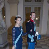La princesa Marie de Dinamarca con un vestido azul marino de encaje