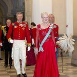 La reina Margarita de Dinamarca con un vestido rojo pasión