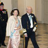 La reina Silvia de Suecia con un vestido estampado en color rosa