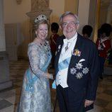 La reina Ana María de Grecia con un vestido en tonos azulados