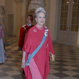 La princesa Benedicta de Dinamarca con un vestido y una capa en tonos rosados