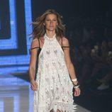Gisele Bundchen en la Semana de la Moda de Sao Paulo para Colcci primavera/verano 2016 en su último desfile de moda