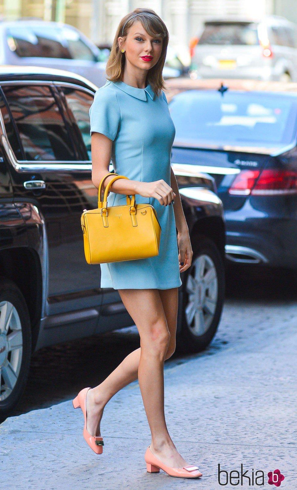 55af00d113 Taylor Swift con un vestido azul