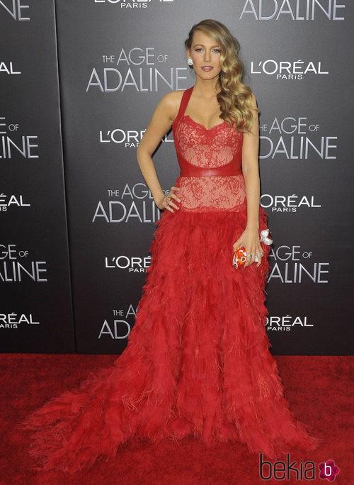 Blake Lively con un vestido rojo Monique Lhuillier en la premiere de 'The Age of Adaline'