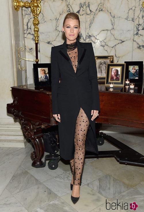 Blake Lively con un jumpsuit transparente con estrellas en la premiere de 'The Age of Adaline'
