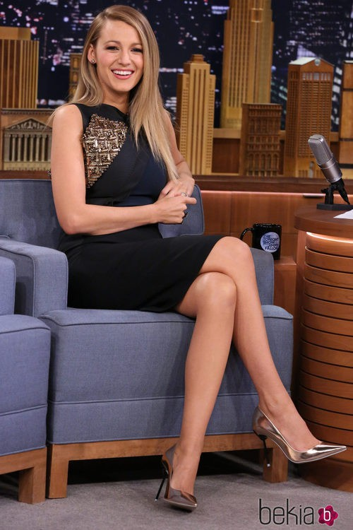 Blake Lively con un vestido negro con incrustaciones en la promoción de 'The Age of Adaline'