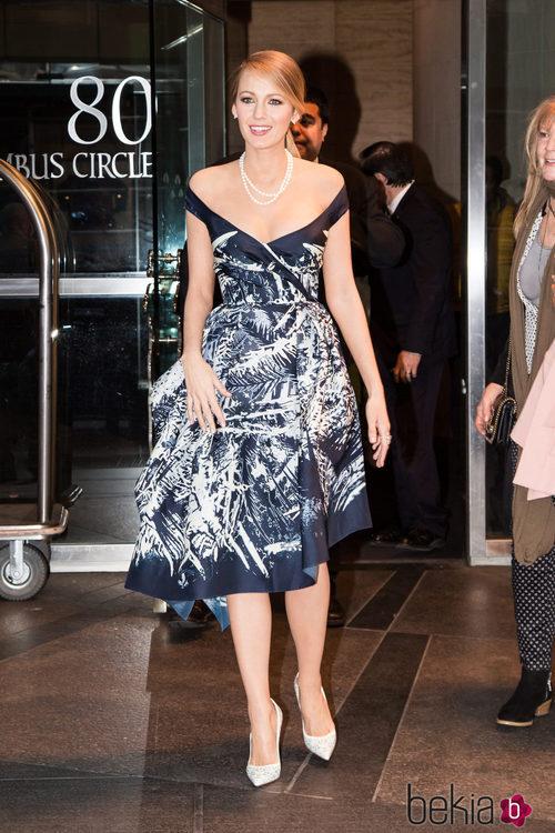 Blake Lively con un vestido azul marino con estampado tropical en la promoción de 'The Age of Adaline'