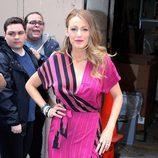 Blake Lively con vestido bata fuscia en la promoción de 'The Age of Adaline'