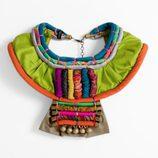 Collar multicolor con cascabeles de la colección 'La Ruta de la Seda' de OKKRE
