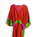 Kafta rojo, morado y verde de la colección 'La Ruta de la Seda' de OKKRE