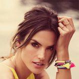 Alessandra Ambrosio con las pulseras de su primera colección de complementos