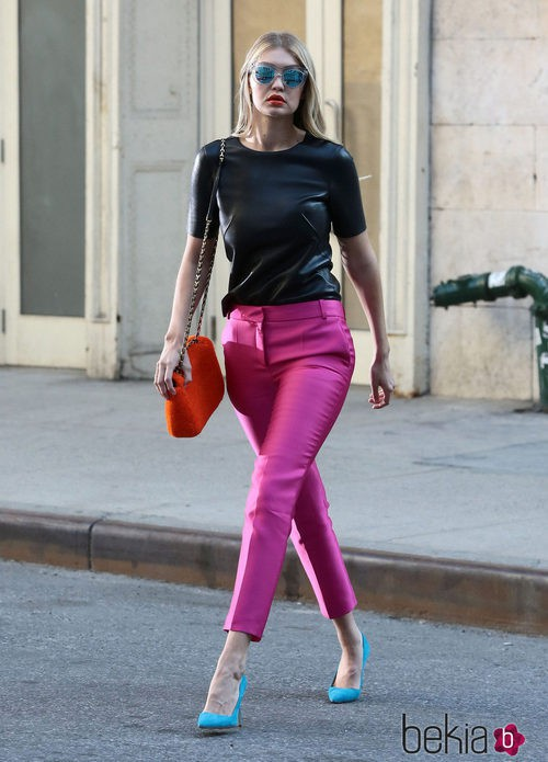 Gigi Hadid con un look repleto de color en una sesión de fotos para Maybelline
