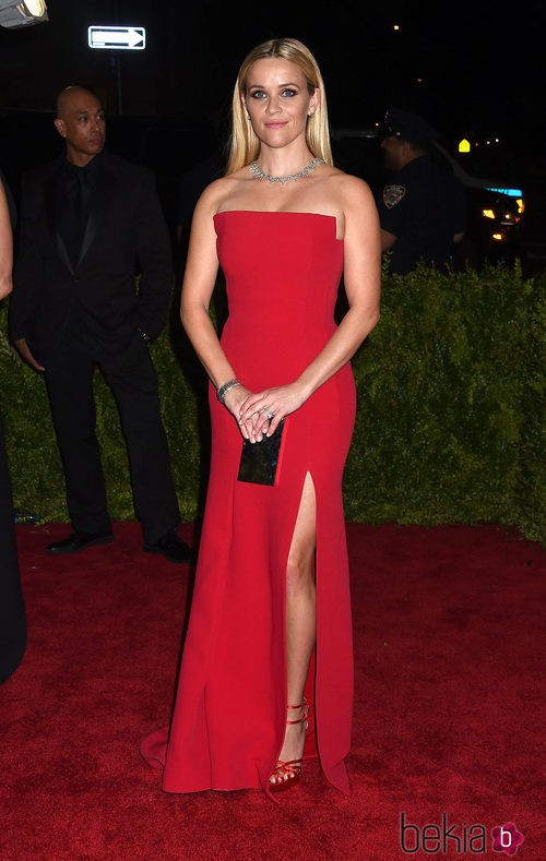 Reese Witherspoon con un diseño rojo de Jason Wu en la Gala del Met 2015