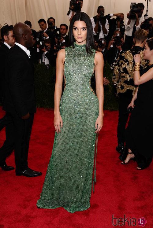 Kendall Jenner con un vestido de Calvin Klein en la Gala del Met 2015