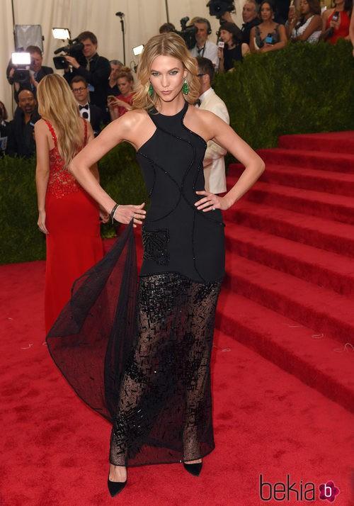 Karlie Kloss con un vestido de Versace en la Gala del MEt 2015
