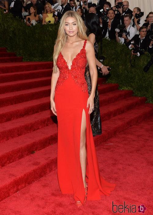 Gigi Hadid con un vestido rojo de Diane Von Furstenberg en la Gala del MEt 2015