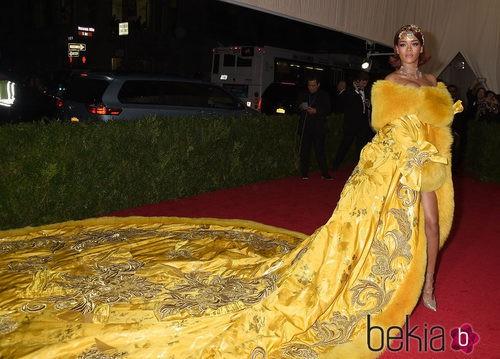 Rihanna con un diseño de Guo Pei en la Gala del Met 2015