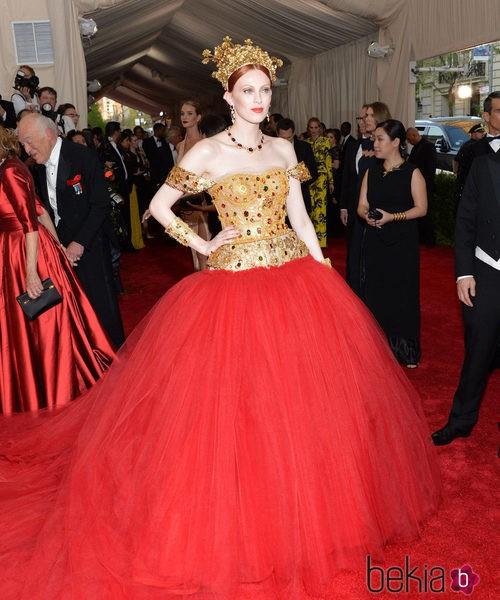 Karen Elson con un vestido de Dolce & Gabbana en la Gala del Met 2015