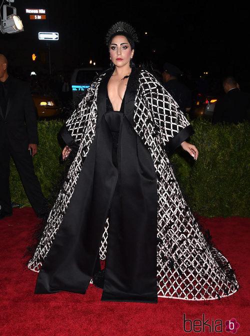 Lady Gaga con un diseño de Balenciaga en la Gala del Met 2015