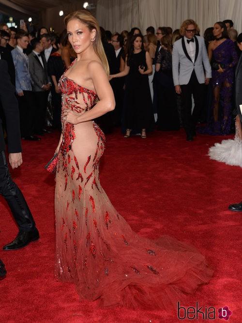Jennifer Lopez con un vestido de Versace en la Gala del Met 2015