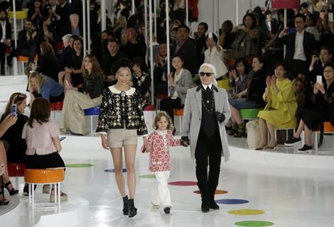 Karl Lagerfeld, Hudson Kroenig y la modelo Soo Joo Park en el desfile de la colección Crucero 2015/2016 de Chanel