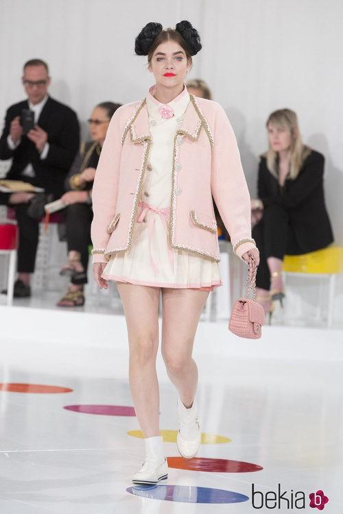 Vestido midi y chaqueta rosa palo de la colección Crucero 2015/2016 de Chanel