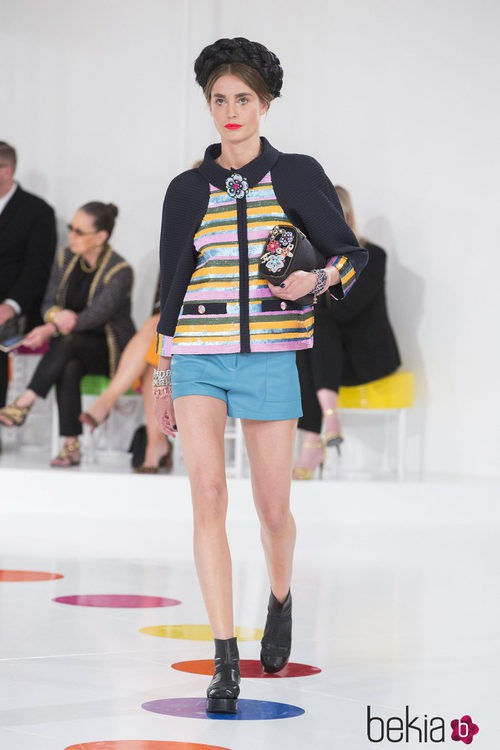 Pantalones cortos y chaqueta colorida de la colección Crucero 2015/2016 de Chanel