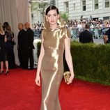 Anne Hathaway con un vestido Ralph Lauren en la Gala del Met 2015